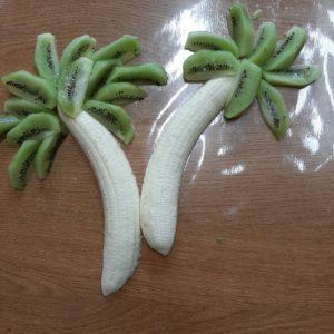 Pokrojone Kiwi Ułóż Na Górze Banana Tworząc Palmę.