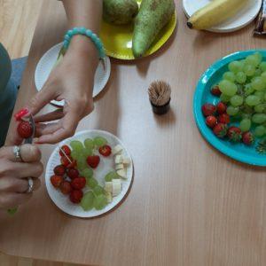 Pozostałe Owoce Kroimy Na Mniejsze Kawałki I Nabijamy Na Wykałaczki – Tworzymy Kolorowe Kolce.
