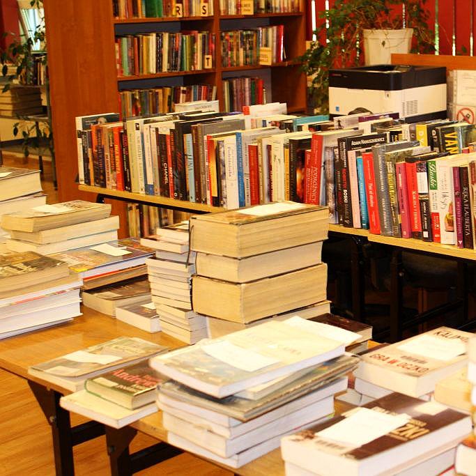 Książki W Bibliotece Na Stoliku I Półkach