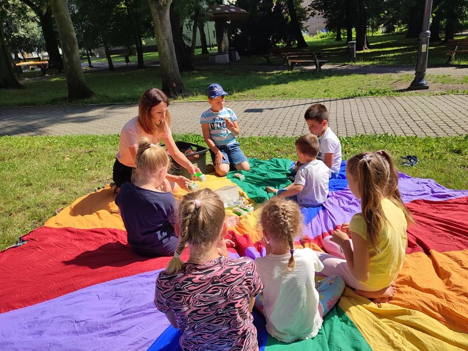 Wakacyjne Zabawy Z Książką. Smerfne Lato... Piknik W Parku! - Zajęcia Wakacyjne Dla Dzieci W Parku Miejskim.