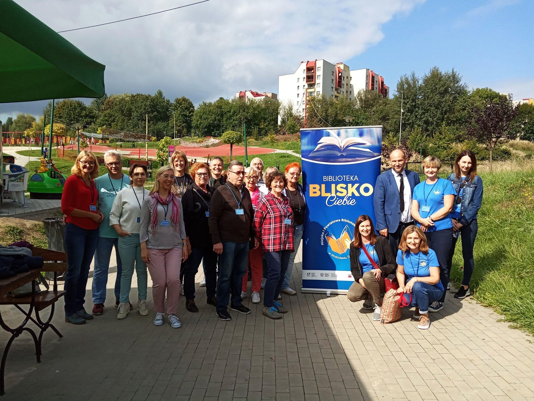 Projekt BLISKO - Bibliospacer - Grupowe Zdjęcie Uczestników W RPR Trzy Wzgórza